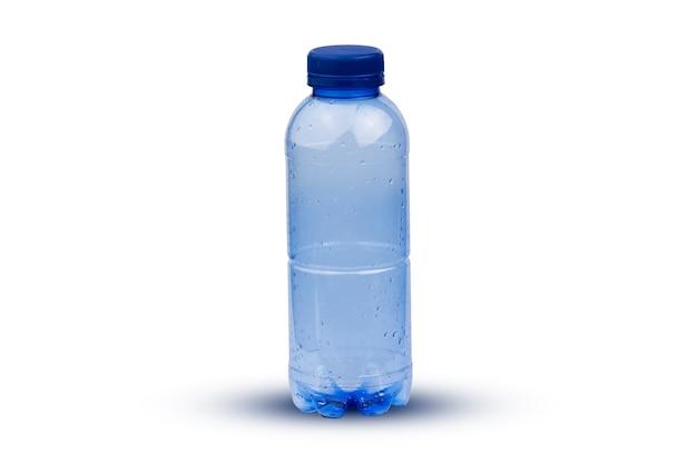 Niebieska przezroczysta plastikowa butelka na białym tle izolat