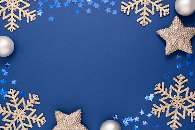 Niebieska rama streszczenie tło boże narodzenie srebrne płatki śniegu, bombki i konfetti zimowa dekoracja, niebieski makiety z miejscem na tekst.