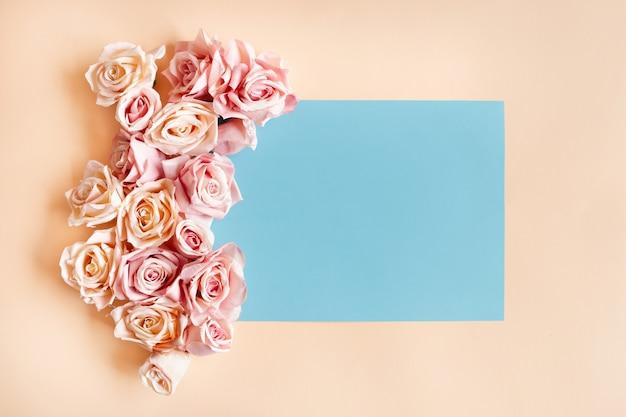 Niebieska ramka z pięknymi różami wokół. darmowe zdjęcie