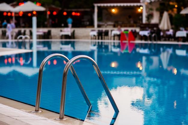 Niebieska restauracja przy basenie. pojęcie czasu wolnego.