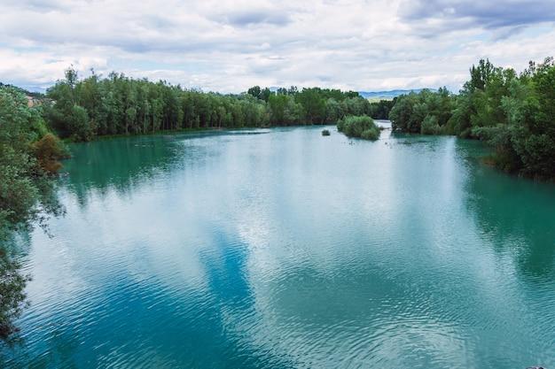 Niebieska rzeka w mieście graus