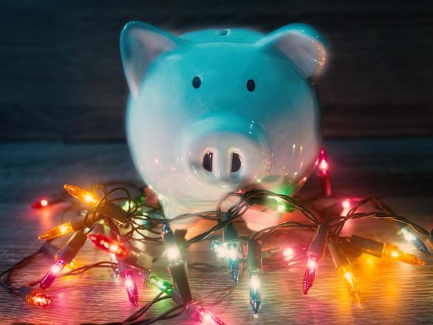 Niebieska skarbonka z lampkami imprezowymi, ciesz się oszczędnościami na koncepcję wakacji.