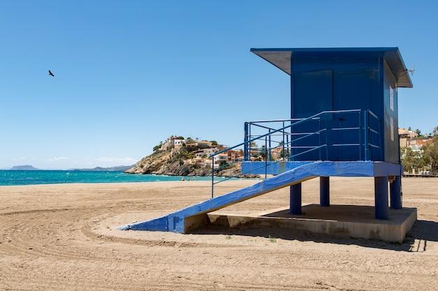 Niebieska stacja ratownika na plaży bolnuevo alicante w hiszpanii jest zamknięta i nie ma ludzi na plaży?