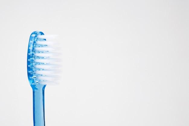 Niebieska szczoteczka do zębów na białym tle