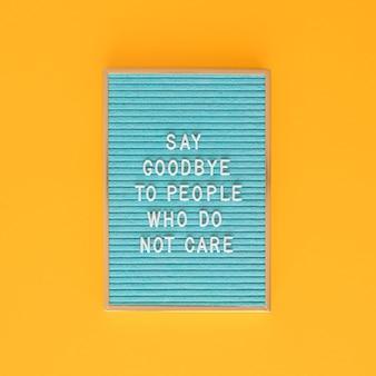 Niebieska tablica tekstowa na żółtym tle