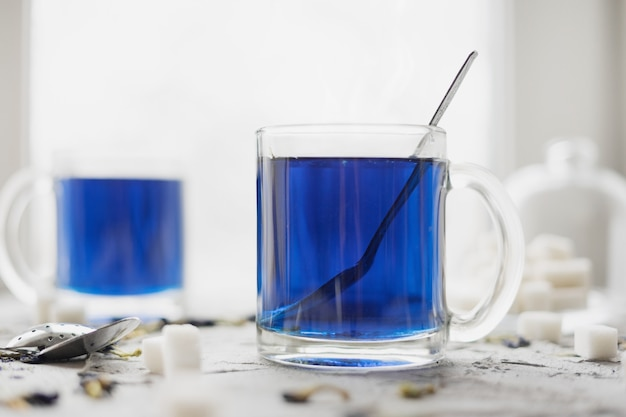 Niebieska tajska herbata anchan w szklanym kubku.