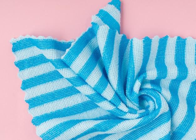 Niebieska tkanina w paski, idealna na tło.