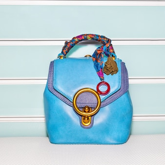 Niebieska torebka damska z akcesoriami