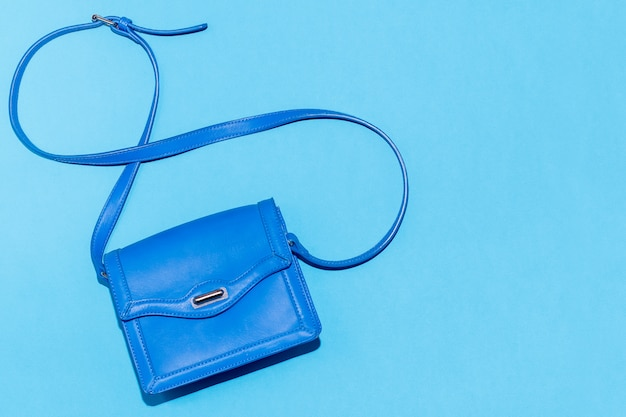 Niebieska torebka na kolorowym niebieskim tle