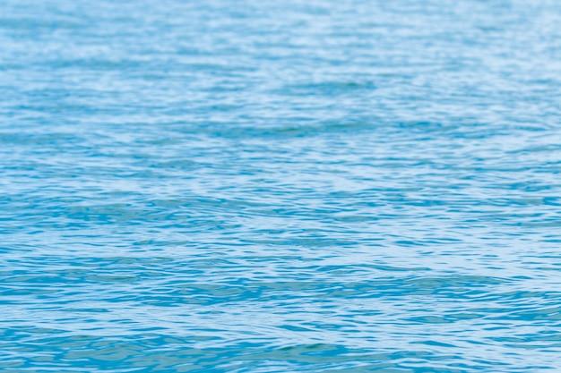 Niebieska woda .. fale na powierzchni wody, wodnista konsystencja