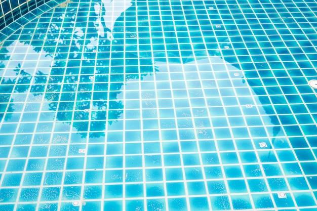 Niebieska woda w basenie
