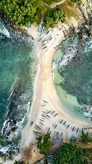 Niebieska wyspa plażowa nilwella. widok z lotu ptaka na południowym wybrzeżu wyspy sri lanki