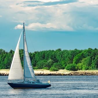 Niebieska żaglówka w podróży po europie. podróż morska