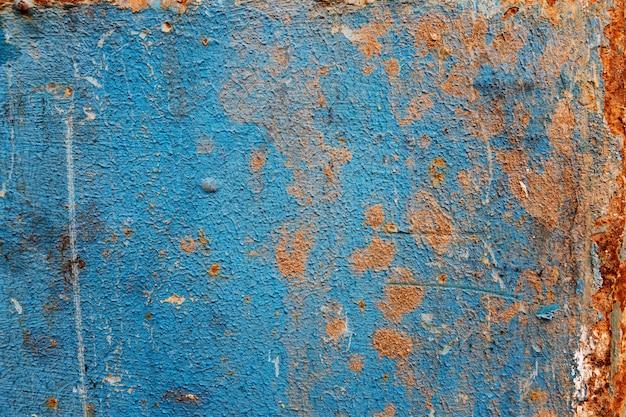 Niebieska zardzewiała blacha. miejsce na tekst. przestrzenie i tekstury.
