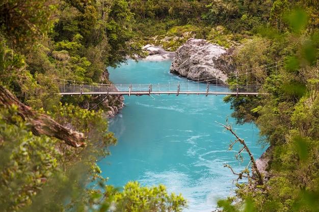Niebieski basen w nowej zelandii. czysta niebieska rzeka w pobliżu hokitika. piękne naturalne krajobrazy.