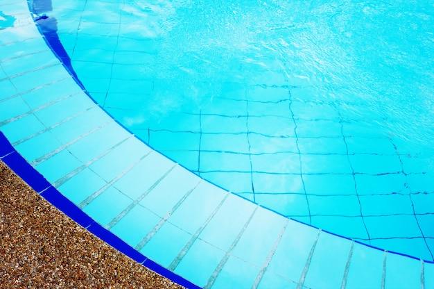 Niebieski basen z czystą przezroczystą wodą