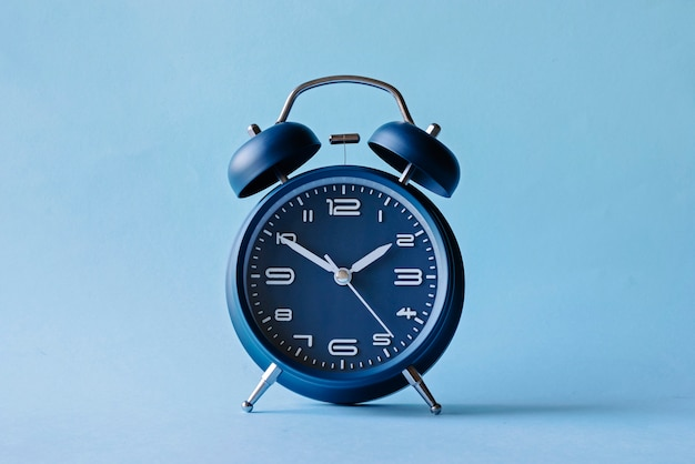 Niebieski budzik w stylu retro z dzwoneczkami