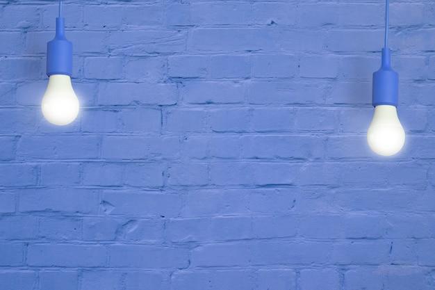 Niebieski ceglany mur z żarówkami. kreatywna przestrzeń do kopiowania tekstu lub obrazu