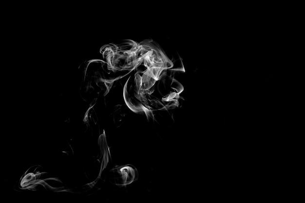Niebieski dym na białym tle na czarnym tle. szablon projektu
