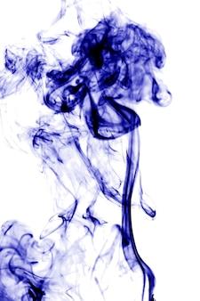 Niebieski dym na białym tle.