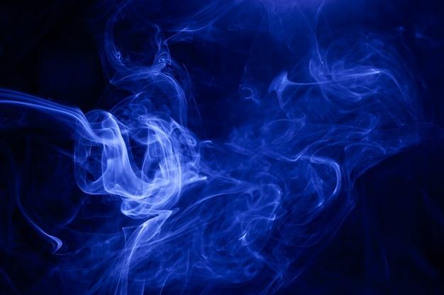 Niebieski dym na czarnym tle