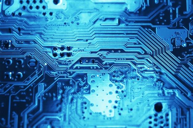 Niebieski elektroniczny obwód płyty głównej z bliska makro w tle.