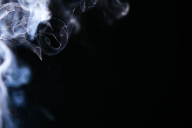 Niebieski falisty dym na czarnym tle