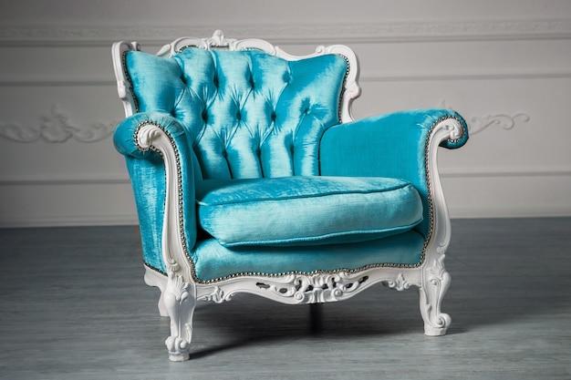 Niebieski fotel w pokoju