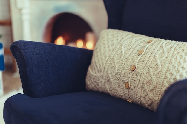 Niebieski fotel z beżową poduszką, nowoczesne wnętrze