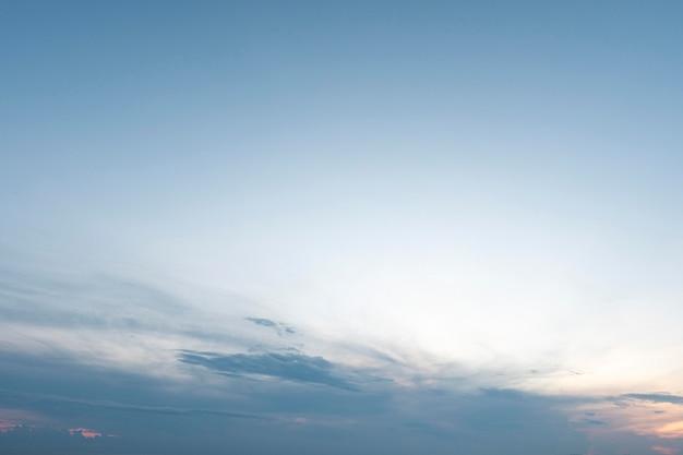 Niebieski gradient spokojnych naturalnych chmur
