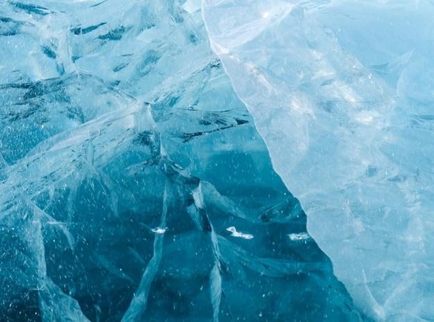 Niebieski gruby lód z wieloma pęknięciami