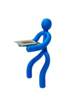 Niebieski gumowy człowiek utrzymuje procesor w izolacji