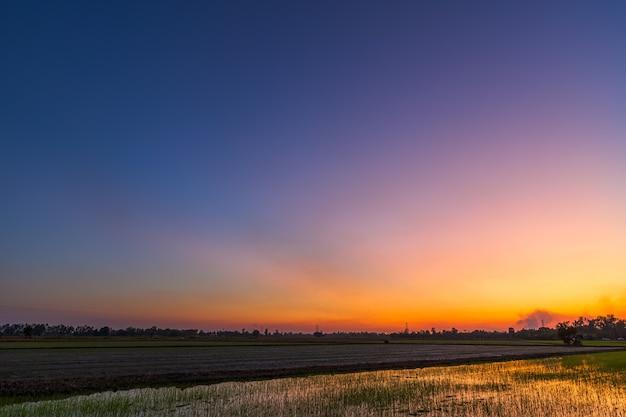 Niebieski jasny dramatyczny zachód słońca niebo w wsi lub plaży kolorowe cloudscape tekstury powietrza tło.