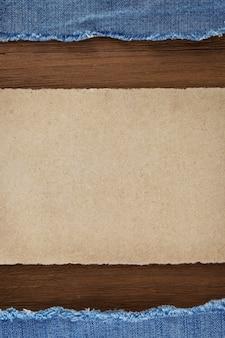 Niebieski jean na tle tekstury drewna