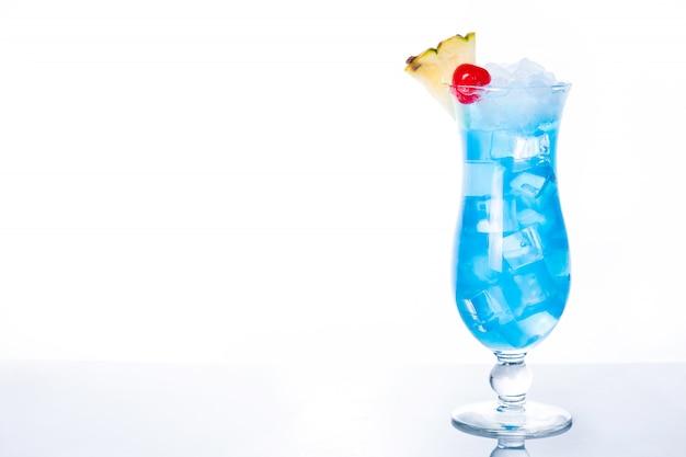 Niebieski koktajl hawajski na białym tle z miejsca na kopię