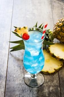 Niebieski koktajl hawajski na drewnianym stole
