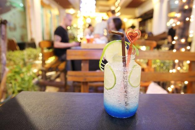 Niebieski koktajl z limonką