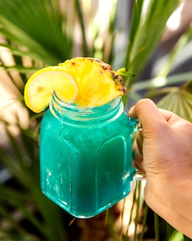 Niebieski koktajl z plasterkiem ananasa