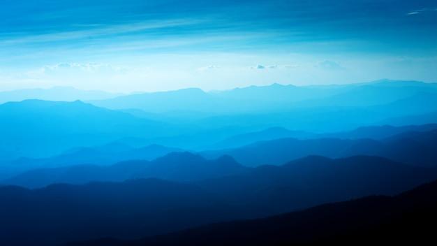 Niebieski kolor gór podczas zachodu słońca