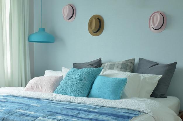 Niebieski kolor nastolatek sypialnia z czapkami na dekoracji ścian