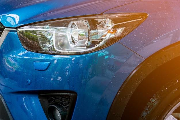 Niebieski kompaktowy samochód suv ze sportem i nowoczesnym designem