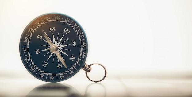Niebieski kompas jest umieszczony w tle.