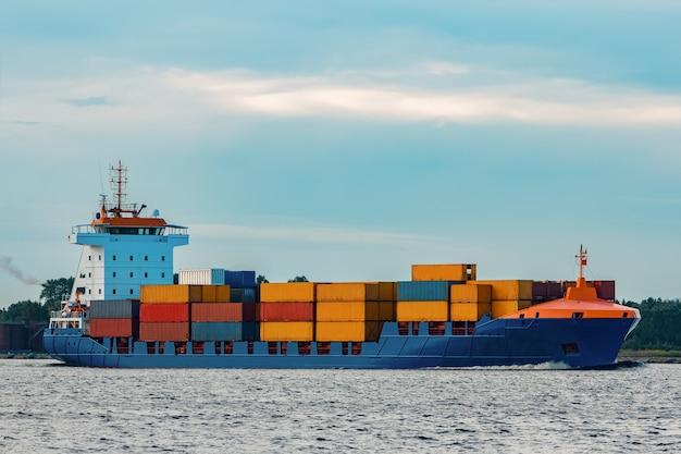 Niebieski kontenerowiec. globalna logistyka i transfer towarów
