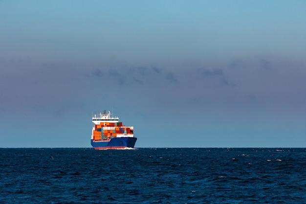 Niebieski kontenerowiec. logistyka i transfer produkcji w europie