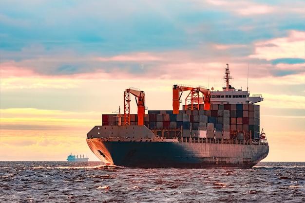 Niebieski kontenerowiec, światowa logistyka i transfer produkcji