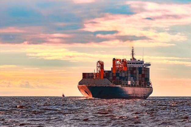 Niebieski kontenerowiec. światowa logistyka i transfer produkcji