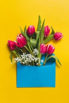 Niebieski koperty z cute tulipanów