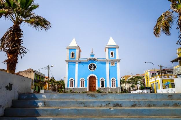 Niebieski kościół w sao filipe, fogo, wyspy zielonego przylądka