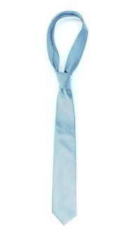 Niebieski krawat na drewnianym wieszaku na białym