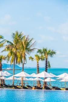 Niebieski krzesło tropikalne relaksuje